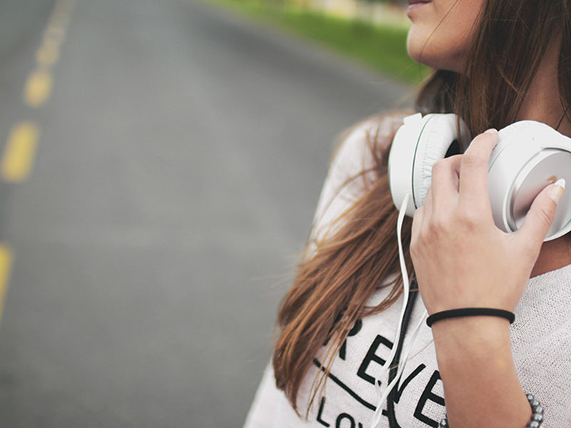 girl-with-beats